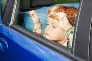 trẻ em trong xe